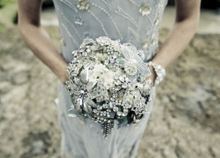 bride+with+brooch+bouquet+via+tosuityourfancy.com_